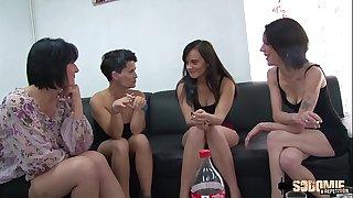 A quatre, elles testent dildos et sodomie avec le livreur de sextoys