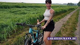 Premiere! Fahrrad in der Öffentlichkeit geil abgefickt!