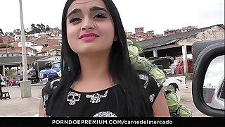 CARNE DEL MERCADO - Trio MMF con Colombiana tetona Julia Cruz recogida y follada